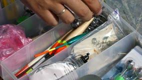 4k - La mano del pescatore prende il bobber dal caso stock footage