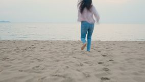 4K la mujer feliz disfruta de vacaciones de verano en la playa tropical, corriendo al mar con descalzo y al salto con la sensació metrajes