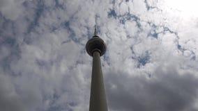4K La torre de la televisión de Fernsehturm cerca de Alexanderplatz en Berlín metrajes