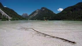 4K Lac stupéfiant Alpen en été, temps-faute avec les personnes heureuses Lac Predil - Lago Del Predil, montagnes d'alpes, Italie, banque de vidéos
