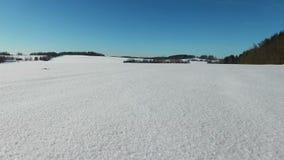 4K Lage vlucht en start boven sneeuwgebieden in de winter, luchtpanorama De winterland in het noorden stock footage