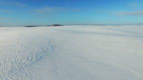 4K Lage vlucht en start boven sneeuwgebieden in de winter, de luchtwoestijn van de panoramasneeuw stock footage