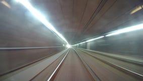4K lange versnelde lengte van zich het ondergrondse Weense tram bewegen stock video