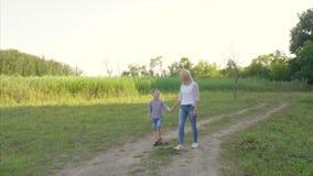 4K langzame gang van de moeder en het kind stock footage