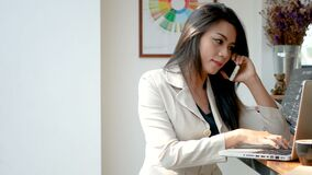 4K lengte, bezige bedrijfsvrouw met laptop computer werken en smartphone die in de koffie van de koffiewinkel in de stad in de oc