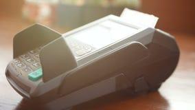 4k lengte de creditcard van de mensenholding ter beschikking, jat kaart bij machine van de creditcard de eindlezer en de perswach stock video