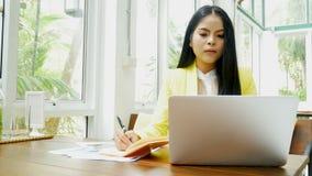 4k lengte het bedrijfsvrouw typen op een laptop toetsenbord bij koffiewinkel stock videobeelden