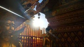 4k lengte het gouden standbeeld van Boedha in zonlicht bij Wat Phra That Doi Suthep-tempel, Chiang Mai, Thailand Wat Phra That Do stock footage
