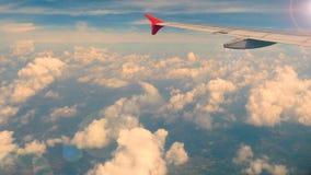 4k lengte Het reizen door de lucht luchtmening door een vliegtuigvenster vleugelvliegtuig in zonsondergang of zonsopgangtijd met  stock videobeelden