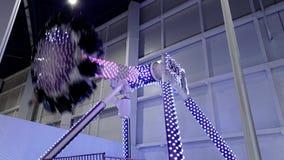 4k lengte van extreme aantrekkelijkheid in pretpark Mensen die op grote schommeling berijden die 360 graden roteert stock videobeelden