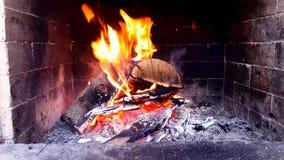 4K lengte van heldere brandende brand in open haard stock footage