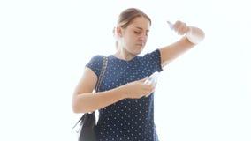 4k lengte van jonge vrouw die stank voelt onder oksels en deodorant gebruikt stock videobeelden