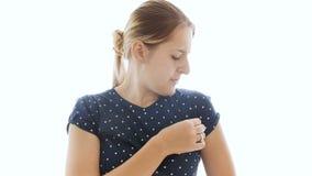 4k lengte van jonge vrouwen sluitende neus na het ruiken van haar zwetende oksels stock video