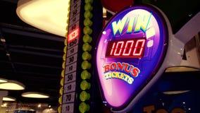 4k lengte van kleurrijke neonvertoning in casino Krijg uw kans om grote prijs of pot in loterij te winnen stock videobeelden