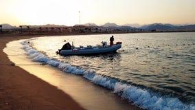 4k lengte van motorboot op kalme sesagolven bij zonsonderganglicht stock footage