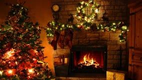 4k lindo disparou de laço ardente da chaminé da chama da lenha na sala festiva confortável de Noel da decoração do ano novo de ár filme