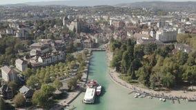 4K logboeksatellietbeeld van Annecy de ebniveau van de meerwaterkant toe te schrijven aan de droogte - Ungraded Frankrijk - stock footage
