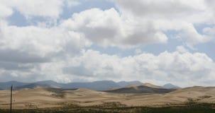 4k loin abandonnent des dunes de sable sous le nuage de roulement clips vidéos