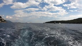 4K Lokrum-Insel von einer Fähre, die wegrückt Wellen über Wasseroberfläche stock footage