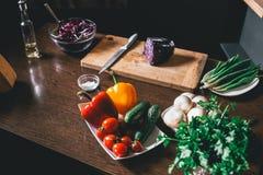 K?lsallad och nya gr?nsaker ?r p? tabellen Vegetarian och sund livsstil royaltyfria bilder