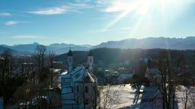 4k lucht de Kerkalpen Beieren van Vlucht Slechte Toelz Kalvarienberg stock videobeelden