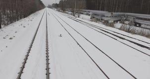 4K lucht de wintermening van verlaten spoorweg dichtbij hittepijpen van thermische elektrische centrale stock footage