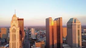 4k lucht het oogmening van de panoramavogel over bezig modern stedelijk financieel district met wolkenkrabbers van de stad Ohio v stock video