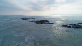 4k luchthommellengte Panorama van bevroren meer stock video
