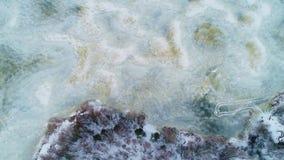 4k luchthommellengte Verticaal panorama van bevroren meer stock footage