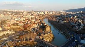 4k luchthommelmening, filmlengte van een oude stad Tbilisi, Georgië stock video
