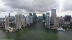 4k luchthommelmening over reusachtige moderne stedelijke architectuurwolkenkrabbers van Miami Florida in oceaancityscape van de z stock video