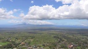 4k luchthommelmening van een groen plattelandsgebied in het landschap van de de zomerdag met pluizige witte wolken in diepe blauw stock footage