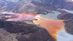 4k luchthommelmening van vervuild water met cyanide die zich in kunstmatig meer mengen stock videobeelden