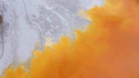 4k luchthommelmening van vervuild water met cyanide die zich in kunstmatig meer mengen stock footage