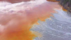 4k luchthommelmening van vervuild water met cyanide die zich in kunstmatig meer mengen stock video