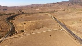 4k luchthommelpanorama van reusachtige moderne stedelijke passagierstrein die zich door droge woestijncanion bewegen in het lands stock video