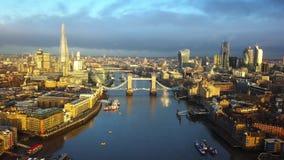 4K luchthorizonmening van Oost-Londen bij zonsopgang met Torenbrug en wolkenkrabbers stock footage