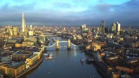 4K luchthorizonmening van Oost-Londen bij zonsopgang met Torenbrug en wolkenkrabbers stock videobeelden