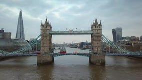 4K luchtlengte van de beroemde Torenbrug met iconische rode dubbeldekkerbussen stock footage