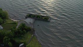 4k luchtlengte van de kustlijn van meererie stock video