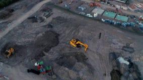 4K luchtlengte van grote JCB graver bij een bouwwerf stock video