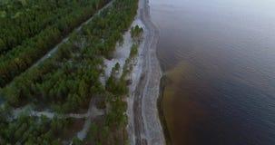 4K luchtlengte Vlieg over kustlijn bij avond, verticaal panorama stock footage
