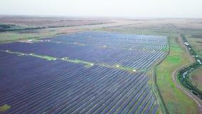 4K luchtmening van de zonnecel van het Zonnepanelenlandbouwbedrijf met zonlicht De vlieg van de hommelvlucht over vernieuwbare gr stock footage