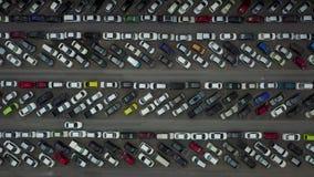 4K luchtmening van geparkeerde auto's
