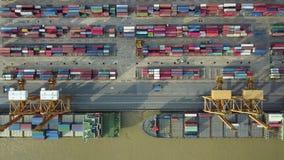4K luchtmening van industriële haven stock videobeelden