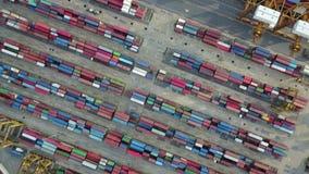 4K luchtmening van industriële haven met containers stock video