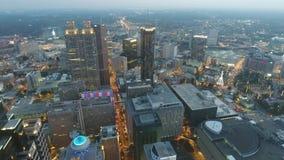4k luchtpanoramamening over financiële het districtswolkenkrabbers van de binnenstad van Atlanta in de heldere lichten van de avo stock video
