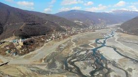 4K luchtvideo van rivieren, valey, bergen op de grens van Georgië stock videobeelden