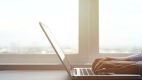 4K mãos que datilografam no teclado de laptop, câmera da bandeja mulher de negócio que trabalha no caderno do portátil no espaço  video estoque