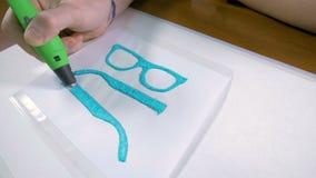 4K Männliche Hand mit dem Stift 3D, der Gläser druckt Modernes technologisches Handwerk stock video